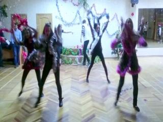 Новый год к нам мчится танец
