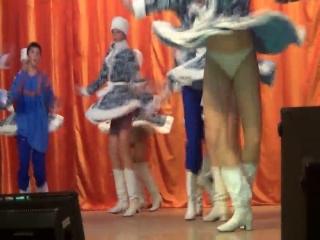 На сцене танцовщицы задирают юбки, кино порно классический исторический